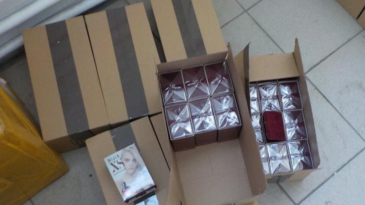Сабли, ножи, парфюм Gucci и Lacoste: челябинские таможенники задержали контрафактные подарки