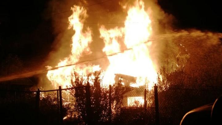 Полыхали стены и крыша: в Ярославле сгорел дачный дом