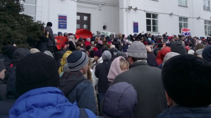 «Отдайте тела наших детей»: родственники погибших в «Зимней вишне» вышли на митинг в Кемерово