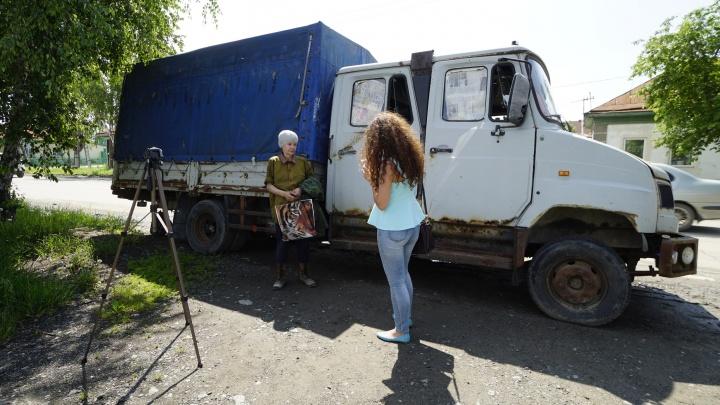 Пожилая женщина с двумя взрослыми детьми поселилась в старом грузовике на Амурской