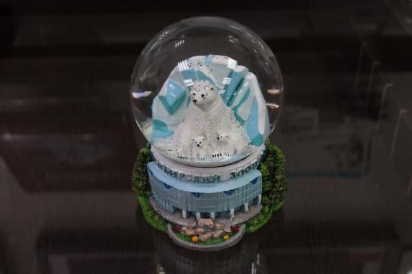 Новосибирская нумизматическая компания&nbsp;Katz Coins Notes &amp; Supplies Corp. выпустила необычный для себя сувенир — стеклянный снежный шар с белыми медведями<br><br>Шар изготовили тиражом 300 экземпляров и купить его можно за 1200 рублей<br>