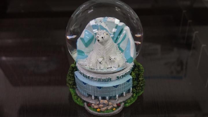 В Новосибирском зоопарке появился редкий сувенир — шар со снегом и медвежатами