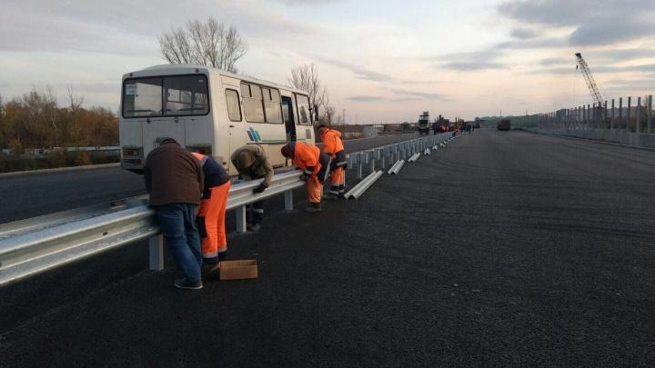 Шаг вперёд: на подъезде к Фрунзенскому мосту установили металлические отбойники