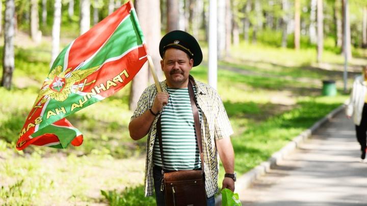 Делали селфи и гуляли семьями: празднующие пограничники оккупировали парк Маяковского