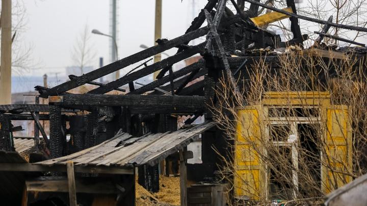 «Мы выбегаем, тушим сами»: на Свердловской стали гореть бараки под расселение