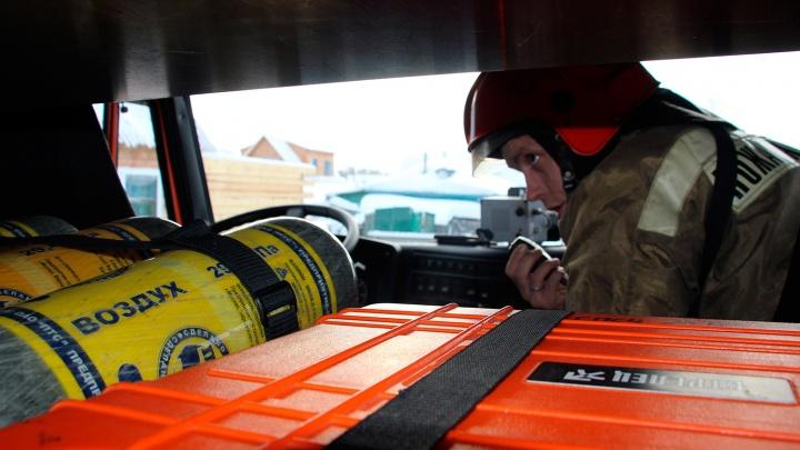 Сотню омских спасателей предупредили о том, что их могут вызвать на пожар в Кемерово