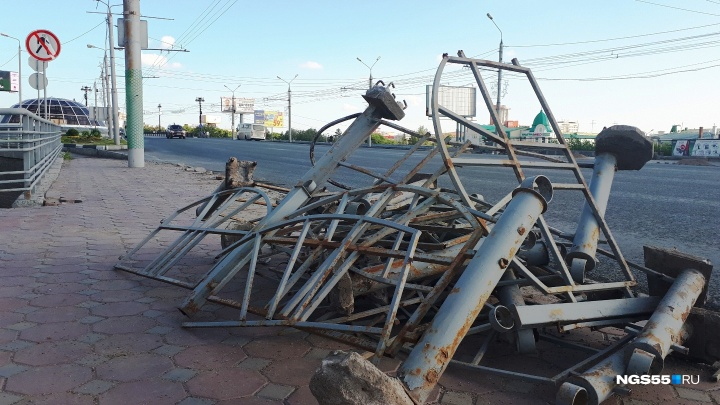 На улице Гагарина демонтировали старые ограждения: узнаём, куда их денут
