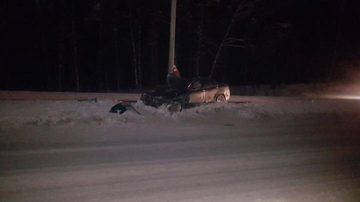 Honda Accord влетела в столб на Бердском шоссе: пассажира увезли в больницу