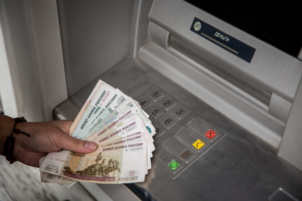 Банкомат выдал сибирячке деньги не мелкими, а крупными купюрами
