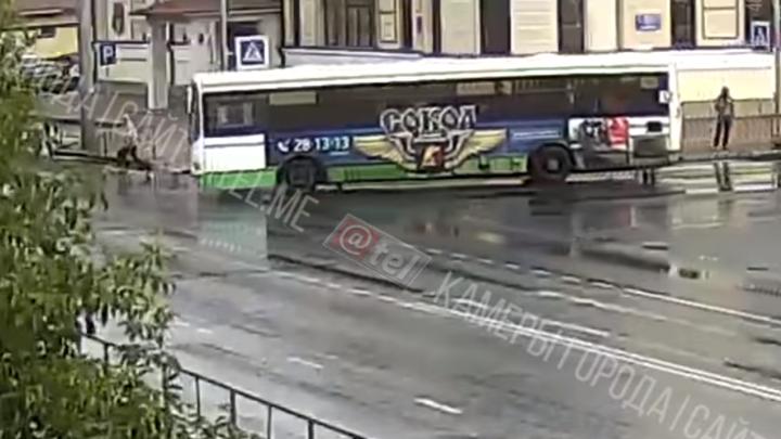 В Рыбинске автобус на «зебре» переехалпенсионера: видео