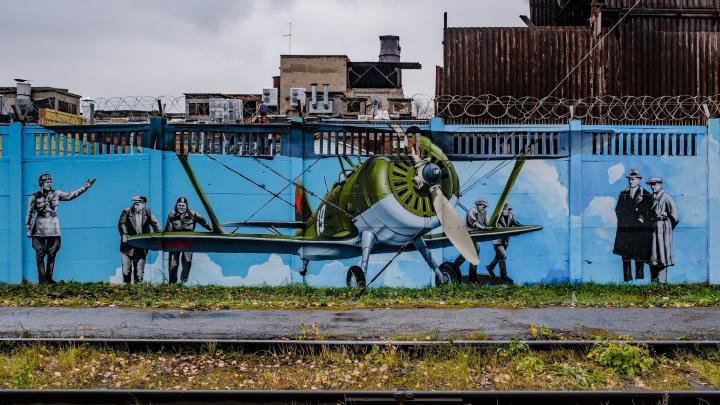 Художники обновляют «Музей под открытым небом» на заборе «Пермских моторов»