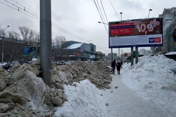 После ночной уборки снега прохожим осталось совсем мало места на тротуаре