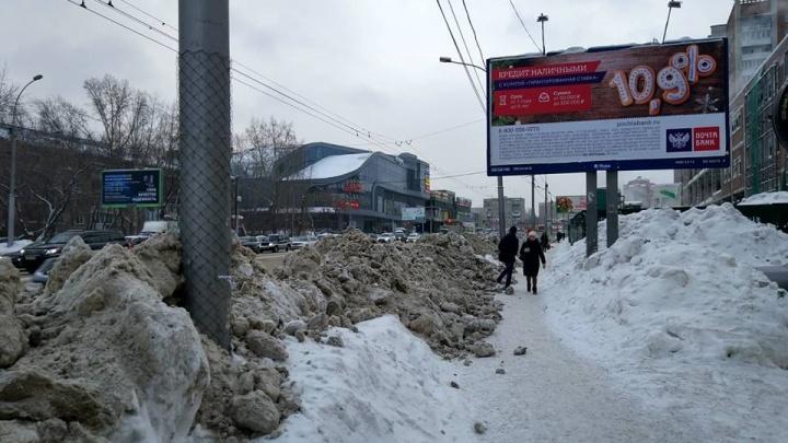 После уборки улицы у «Золотой Нивы» на тротуаре появилась двухметровая снежная стена