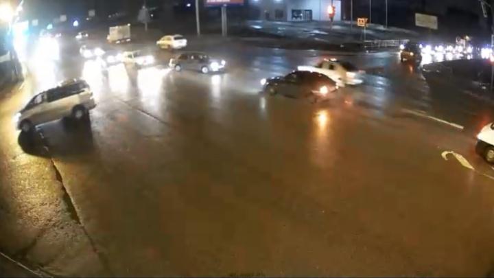 Аж подушки сработали: ДТП на опасном перекрестке в Дзержинском районе попало на видео