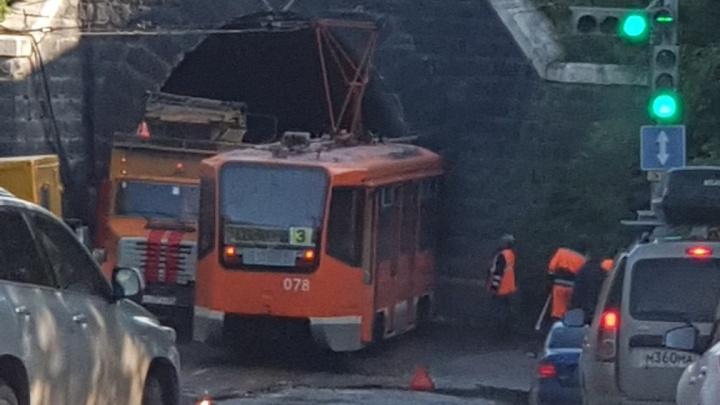 Движение затруднено: в Перми возле туннеля трамвай сошел с рельсов