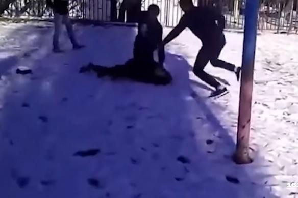 Школьники избили девятиклассника ногами