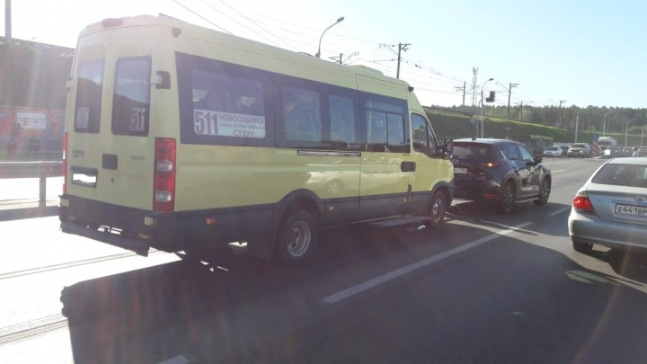 Маршрутка с пассажирами попала в ДТП на Бердском шоссе