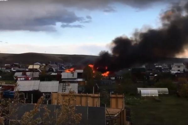 В Дрокино прямо сейчас горят надворные постройки