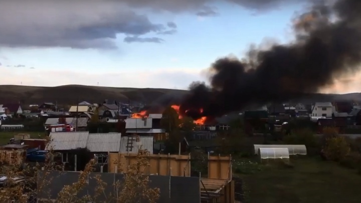 В Дрокино горят надворные постройки. Валит густой черный дым