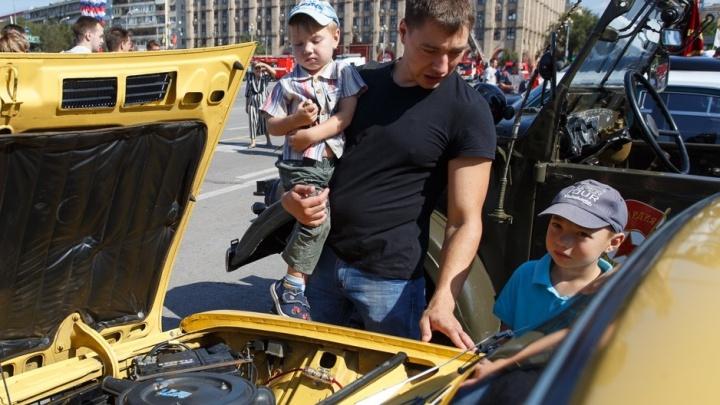 «Кто-то собирает металл, а мы — машины»: по Волгограду проехали военные трофеи и знаменитые«Волги»