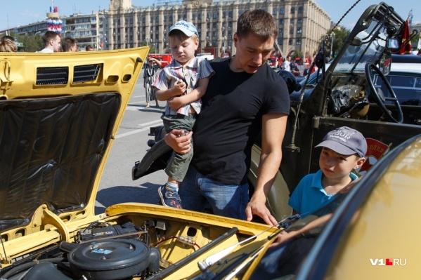 Самые знаменитые советские машины встречали протяжными гудками и криками «Ура»
