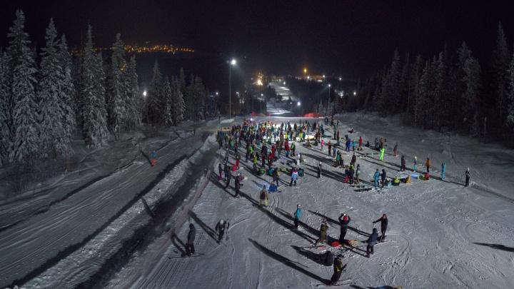 Больше трёх сотен сноубордистов и лыжников устроили массовый спуск с фонариками на горе Белой
