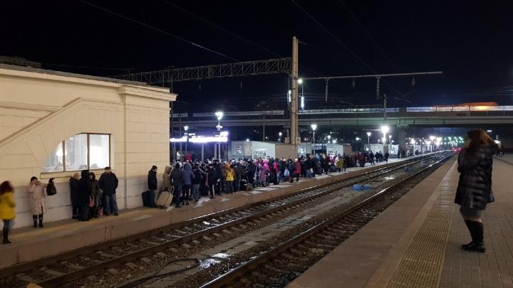 На перронах и в зале ожидания — сотни человек: под Волгоградом из-за аварии остановились поезда
