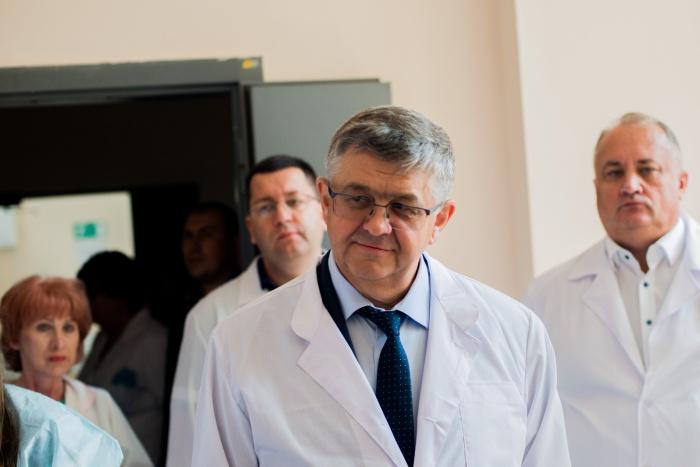 Вместе с Сергеем Краевым (на фото в центре) по новосибирской горбольнице прошлись десятки медиков