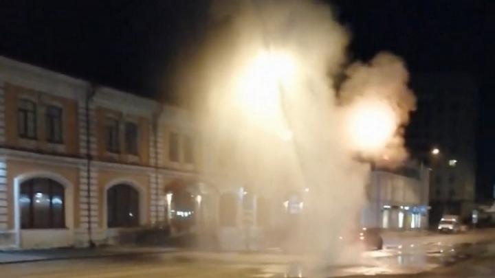 Фонтан с водой забил из земли в центре Перми. Видео