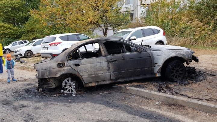 В Волгограде на парковке у дома сгорели шесть автомобилей