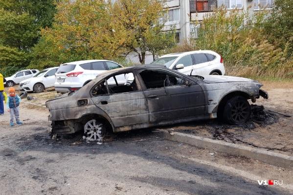 Огонь полностью уничтожил BMW 5