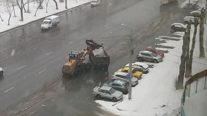 Челябинцы сняли на видео, как дорожники грузят в самосвал... лужи