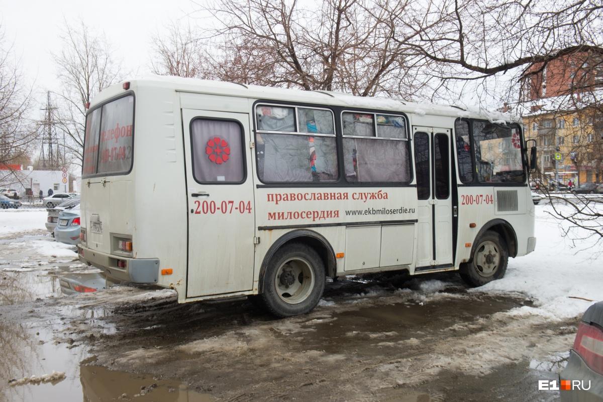 Сейчас к этому автобусу всё чаще приходят не бомжи, а «домашние» бабушки в очень бедственном положении