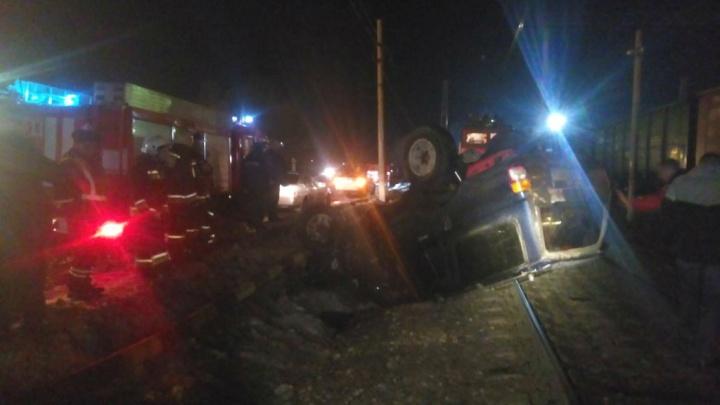 Упал на железнодорожные пути: в центре Ярославля внедорожник улетел с дороги