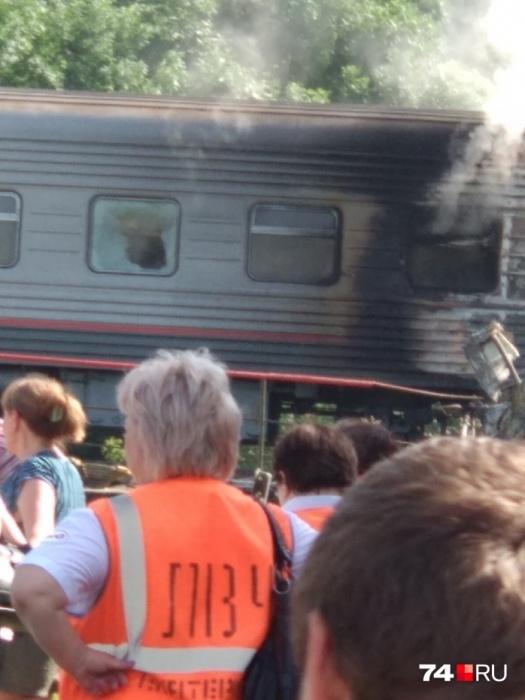 Поезд, который шел из Адлера в Екатеринбург, загорелся после ДТП