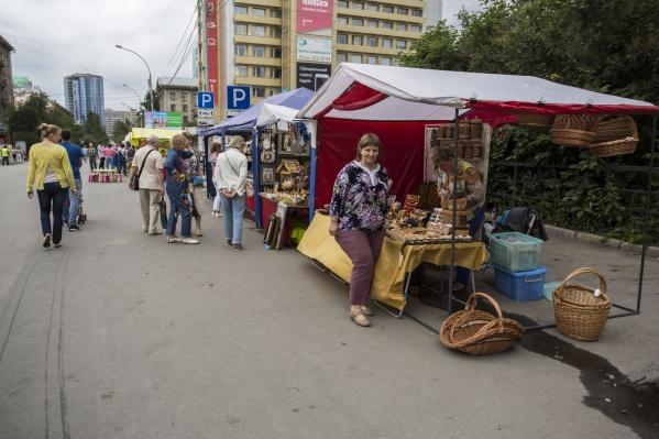 Одна из первых работающих праздничных выставок на ул. Ленина