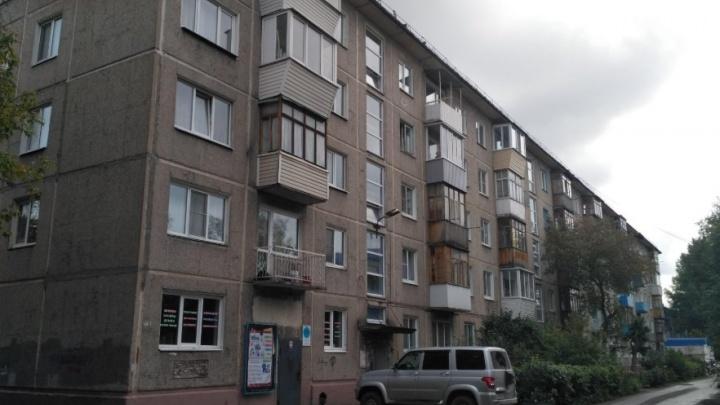 Спасатели вскрыли дверь квартиры, в которой два дня сидели дети без родителей