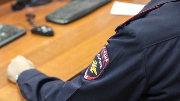 Полмиллиона и телефон: в Самаре полицейский брал «дань» с местной жительницы