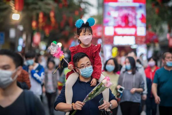 Несмотря на новый вирус, китайцы по привычке отмечают главный праздник страны
