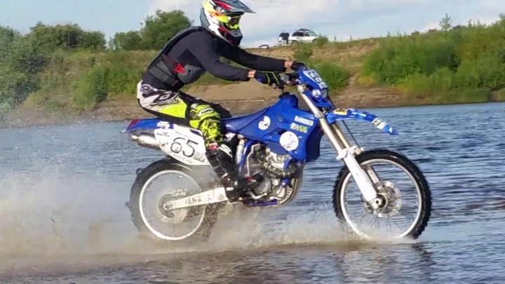 Повторил трюк австралийского каскадера: смотрим видео, как тюменец рассекает по водоемуна мотоцикле