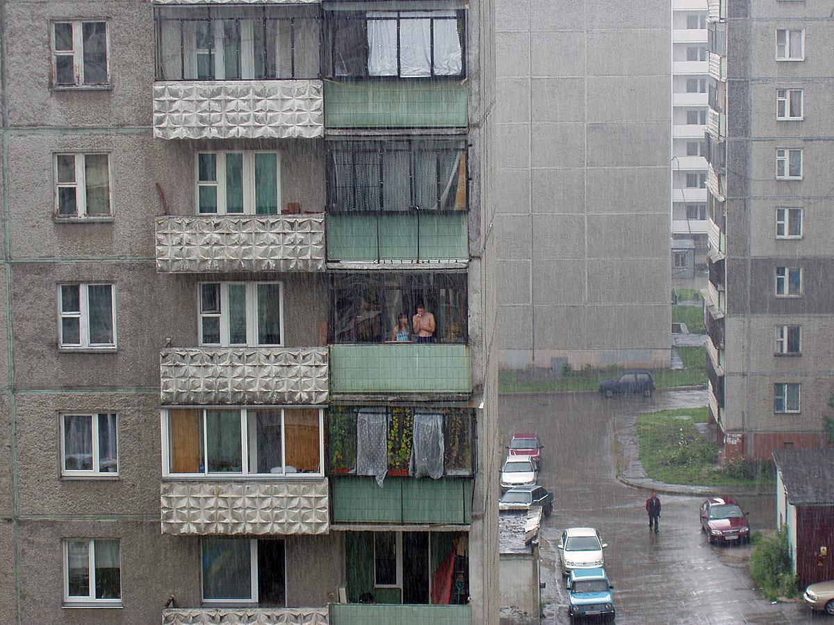 При сильном ливне лучше остаться дома или задержаться на работе