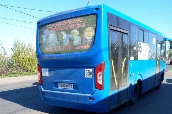 Именно в этом автобусе у омича не приняли электронный проездной