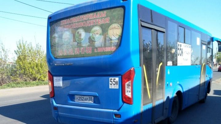 «Налик до обеда»: в автобусах омского перевозчика утром перестали принимать транспортные карты