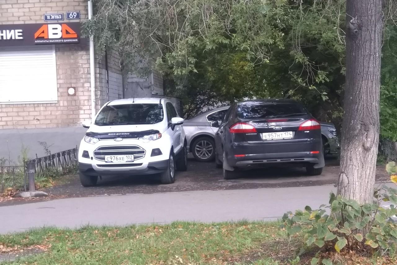 Впрочем, нарушают не только люди на пафосных автомобилях: до сих пор многие уверены, что если ставить под окно — не угонят (жаль, угонщики об этом не знают)