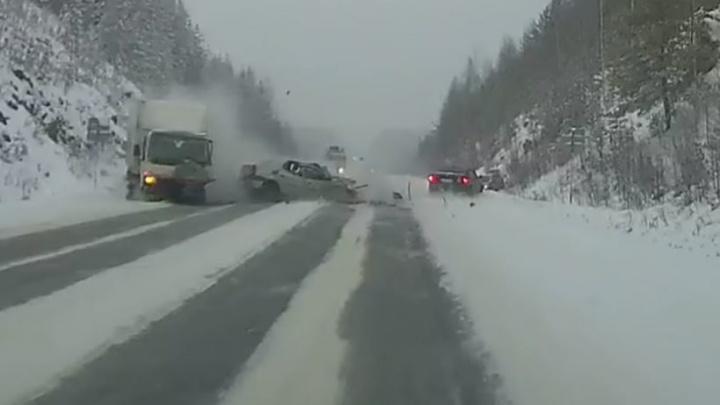 Зацепил снежный наст: появилось видео, как Renault вынесло под грузовик на Серовском тракте