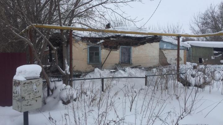 Под Новосибирском обрушилась крыша старого дома — из него эвакуировались 10 человек