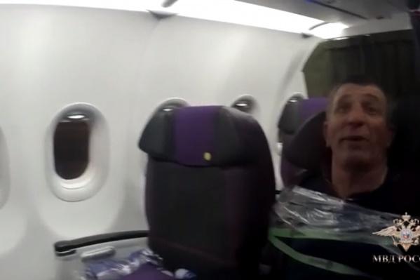 Чтобы ограничить движения дебошира, бортпроводникам пришлось примотать его к креслу скотчем