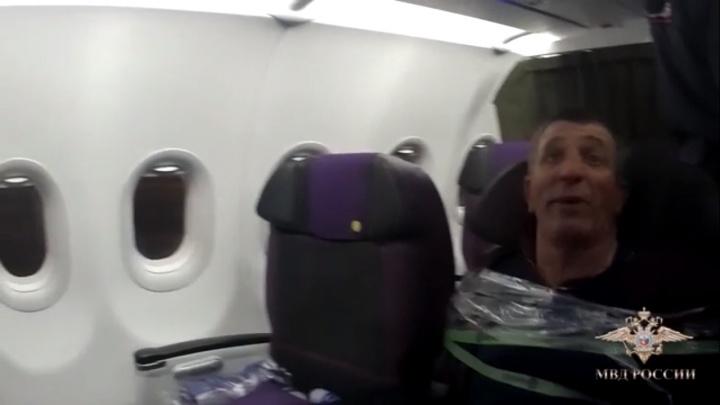 Пьяного пассажира на рейсе«Минводы — Новосибирск» пришлось примотать скотчем к креслу