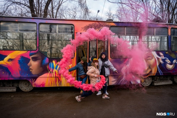 Граффити приживаются где придется: и на стене трансформаторной будки, и на трамвае
