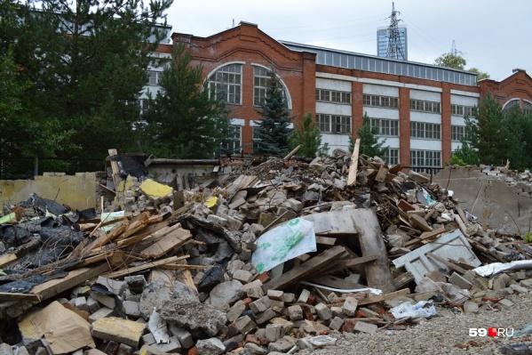 Практически за забором облагороженной территории завода Шпагина — вот такие руины. Еще три месяца назад здесь были гаражи